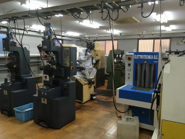 作業場としての使用の様子。天井からの給電設備は残置予定。その他メインの機械設備類は撤去予定。