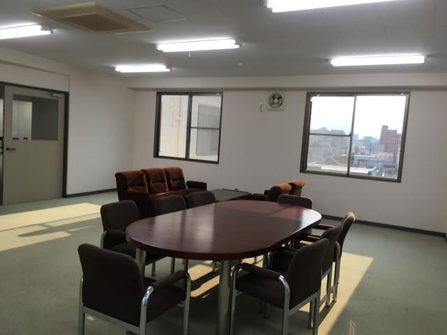 事務所スペースを会議室として利用の様子。